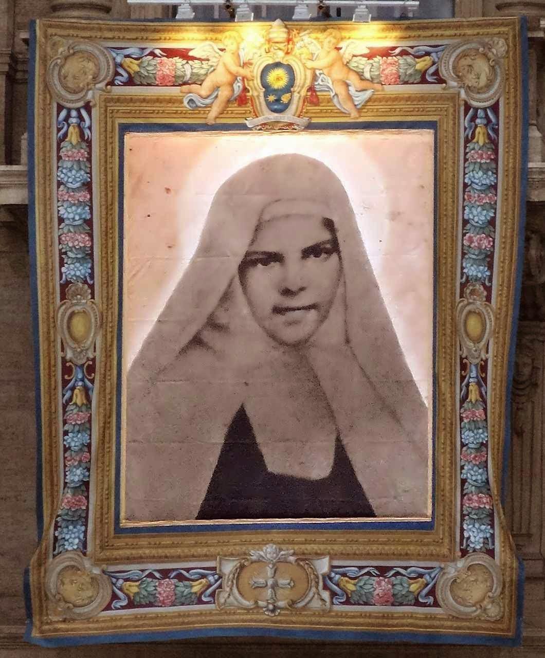 Santa Maria de Jesus Crucificado, imagem oficial na fachada da Basílica de São Pedro, no Vaticano, exibida no dia de sua canonização.