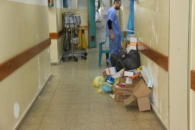 #صور| تراكم النفايات في مستشفيات قطاع غزة نتيجة إضراب شركات النظافة