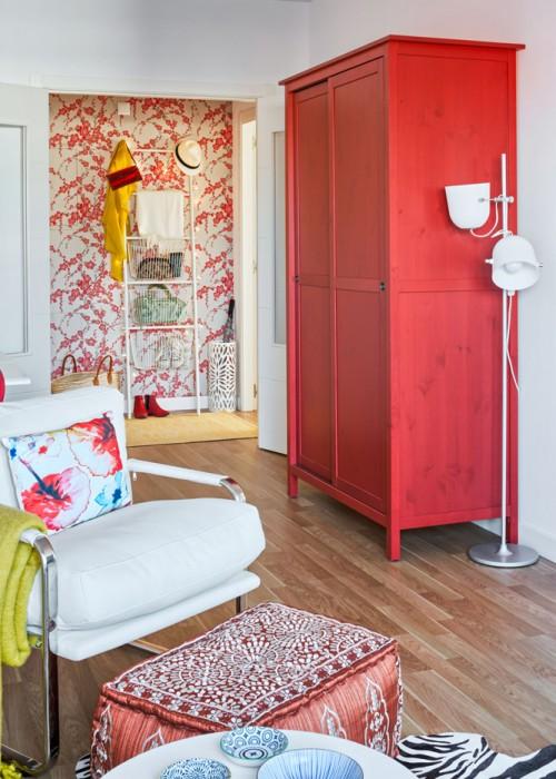 armario rojo en el salon chicanddeco