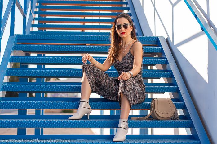 Blogger influencer valenciana con ideas de looks con estilo chic urbano con botines blancos AGL y maquillaje labios rojos y coleta
