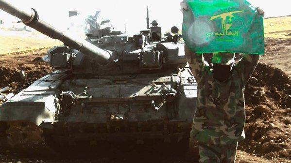 Παραστρατιωτικός με σημαία μπροστά από Τ-90