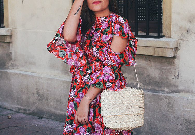 Vestido de flores, bolso de rafia