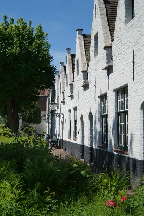 Blog & Fotografie by it's me! - weiße Häuserfront in einem Innenhof in Brügge, Belgien