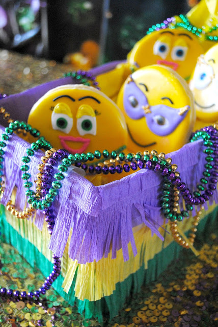 Easy DIY Mardi Gras cookie float. www.fizzyparty.com