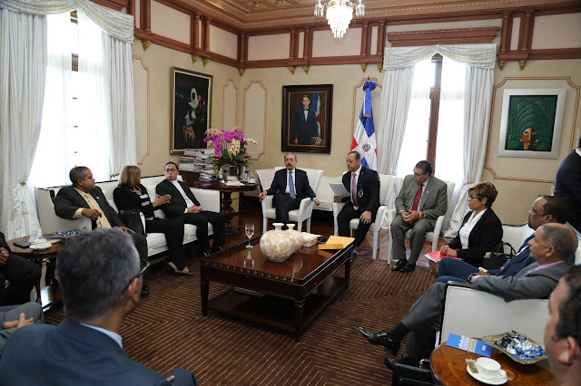 Danilo Medina escucha necesidades de los petromacorisanos