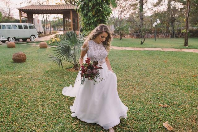 Casamento rústico, casamento real, DIY, marsala, noiva, noiva caminhando,buquê, marsala, buquê desconstruído