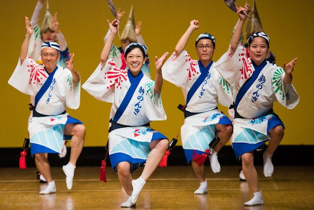 東京新のんき連、男踊りの踊り手が素敵な笑顔で踊っている写真