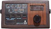 Atari Video Pinball, 1979. Se pueden ver los flippers a ambos lados de la consola
