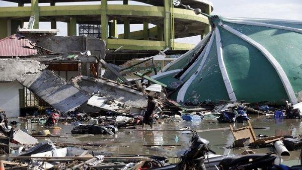 Suben a 2.045 las víctimas del terremoto y tsunami en Indonesia