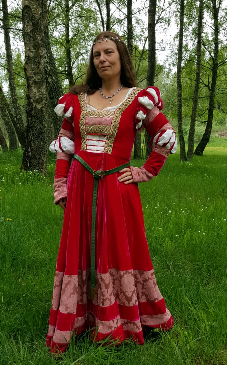 Eva\'s historical costuming blog: Barbie\'s 16th century Saxon court gown
