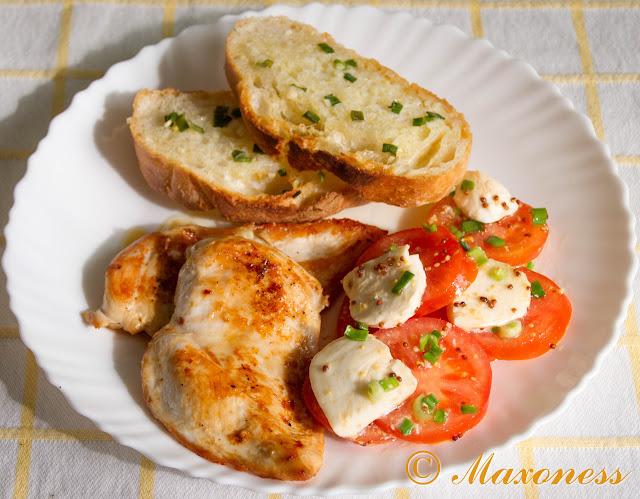 Жареная курица с чесночным хлебом и моцареллой