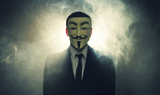"""Uma das vertentes do Anonymous conseguiu capturar informações sigilosas e ter acesso a dados importantes dos computadores do Ministério Público do Mato Grosso do Sul (MP-MS) em protesto a uma ação coordenada por fazendeiros da região no dia 14 de junho que resultou no assassinato do Guarani Kaiowa Clodiodi de Souza, de 26 anos.  Em um post no Facebook, os ativistas dizem que tiveram acesso a mais de mil e-mails com 20 GB de informações sigilosas do MP-MS em repúdio ao que chamou de uma """"ação paramilitar contra povos originários"""".  """"Além disso, diversos computadores do MP-MS também foram criptografados. Seus servidores de intranet e webmail ainda estão completamente fora do ar. Somente Anonymous possui as senhas"""", diz a publicação."""