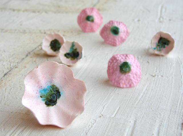 anelli e orecchini maxi di carta dipinti a mano , tinte pastello
