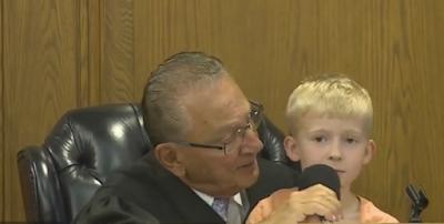 Δικαστής ζητά από ένα μικρό παιδί να δικάσει τον πατέρα του. Ακούστε την ποινή που επέλεξε.