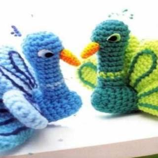 http://patronesgratisacrochet.blogspot.com.es/2018/03/amigurumi-pavo-real-crochet-patron.html