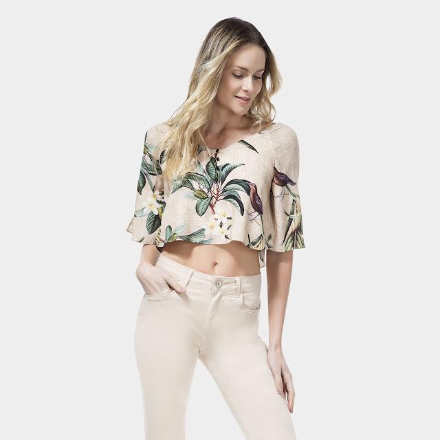 O decote diferenciado e o shape soltinho traduzem um quê sofisticado aos looks com jeans. Curinga