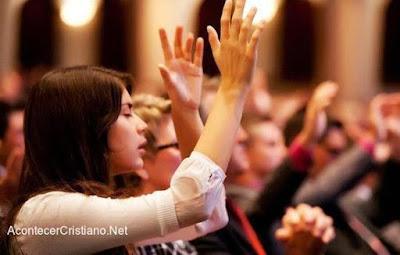 Mujeres alabando a Dios en iglesia