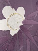 小紋の梅文様が紫色の生地とあいまって素敵な作品になっています。