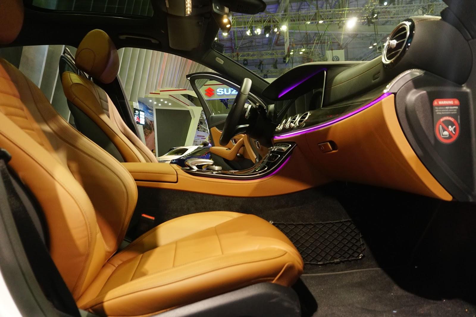 E300 AMG có cửa sổ trời, có ghế ngồi bọc da bò thể thao, rất kích thích