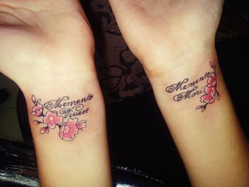 Um par de flor de cerejeira tatuagens nas mãos. As flores de cerejeira são acompanhados de citações em ambos os lados das mãos dando profundidade no significado que a pessoa quer transmitir. (Foto: Fontes de imagem)