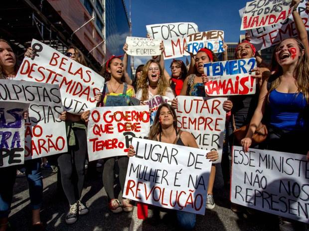"""Um repórter da rede britânica BBC que cobria manifestação em São Paulo contra governo de Temer Golpista conta ter sido agredido e chamado de 'lixo' por policiais  Veículos de comunicação repercutem, nesta segunda-feira (05/09), a repressão da Polícia Militar ocorrida no final da manifestação contra o governo de Temer Golpista neste domingo (04/09) em São Paulo. De acordo com a agência Reuters, """"a polícia usou gás lacrimogêneo para dispersar milhares de manifestantes no final de uma marcha pacífica para protestar contra a destituição da [agora ex] presidente de esquerda Dilma Rousseff na semana passada em um julgamento de impeachment""""."""