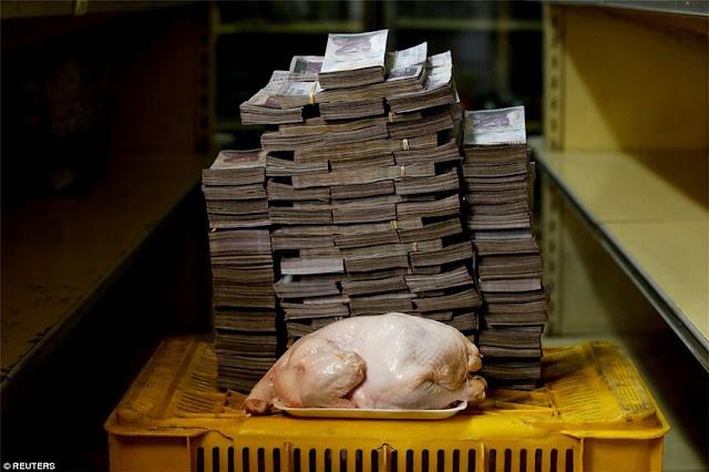 Με βαλίτσες από χρήματα πληρώνουν ρύζι, κοτόπουλο και χαρτιά υγείας στη Βενεζουέλα