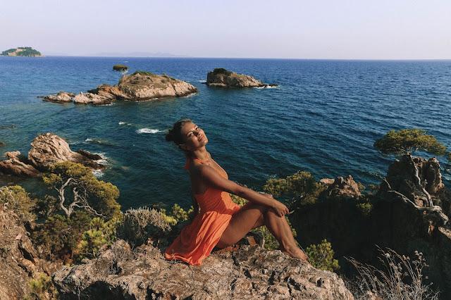 Piękna pomarańczowa sukienka na tle Lazurowego wybrzeża - Czytaj więcej