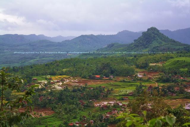 Pemandangan sebuah lembah di antara Garut-Pameungpeuk.
