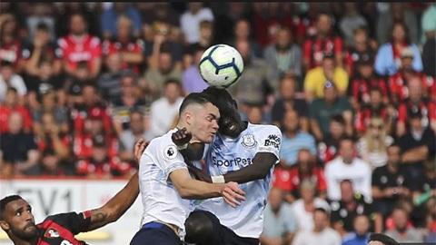 Michael Keane và pha va chạm với đồng đội Idrissa Gueye