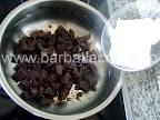 Prajitura desteapta cu ciocolata preparare reteta - punem untul peste ciocolata rupta bucatele si le topim pe aragaz
