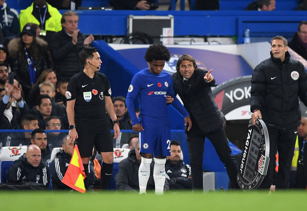 Antonio Conte, Manager of Chelsea speaks to Willian of Chelsea during the Premier League match between Chelsea and Manchester United at Stamford Bridge on November 5, 2017 in London, England.