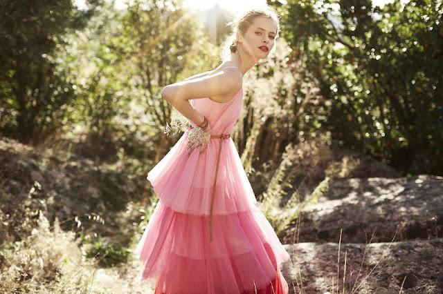 vestido de tul rosa a capas con diferentes tonalidades de rosa invitada boda