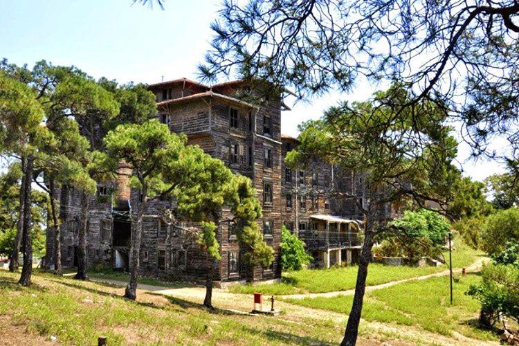 Büyükada Rum Yetimhanesi, Osmanlı döneminde Rum Patrikhanesi tarafından kimsesiz oğlan çocukları için yapılmıştır.