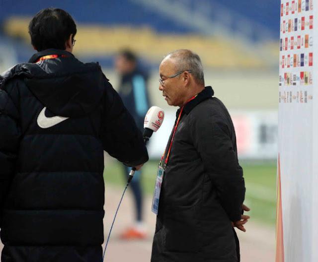 HLV Park Hang Seo chỉ đạo như Sir Alex, cãi nhau tay đôi với HLV Úc 12
