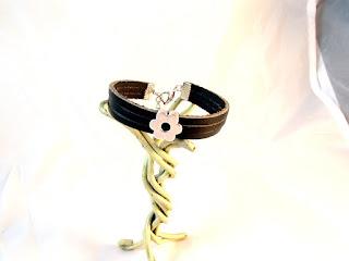 Vue d'ensemble du bracelet cuir noir décoré d'un motif fleur