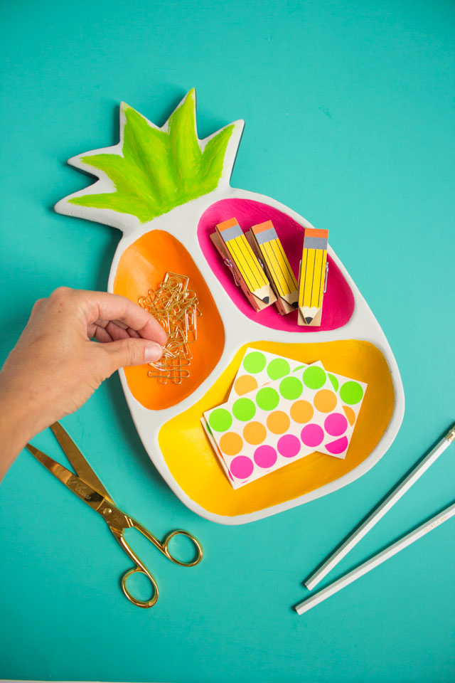 DIY Pineapple Desk Organizer - the perfect way to show off your office supplies!