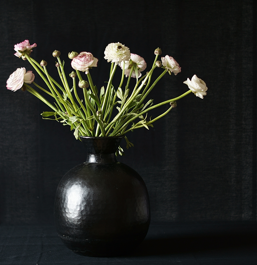 Blog + Fotografie by it's me fim.works - Ranunkeln, schwarze Vase
