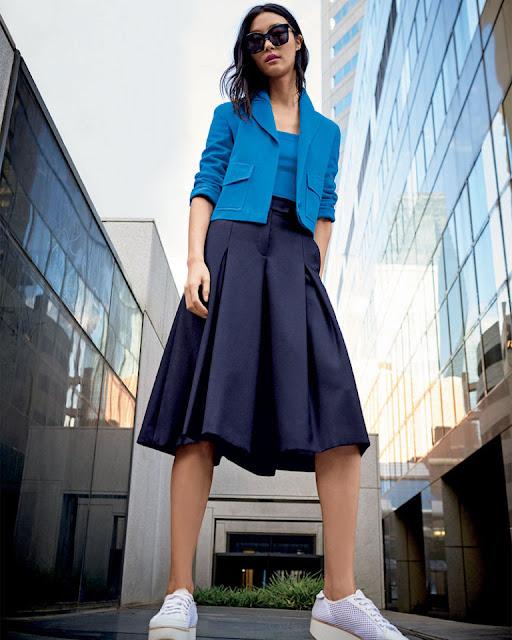 Голубой жакет и синяя юбка
