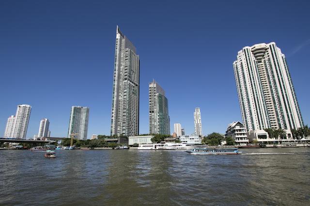 Navigazione sul fiume Chao Phraya a Bangkok