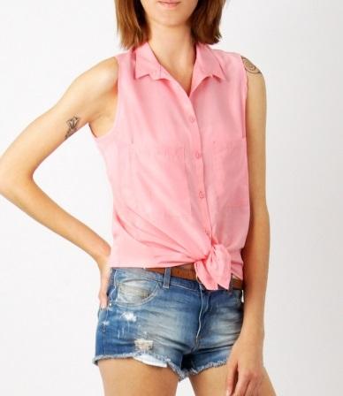 c7137fd66 Apúntate a la moda de la camisa anudada y lúcela este verano.