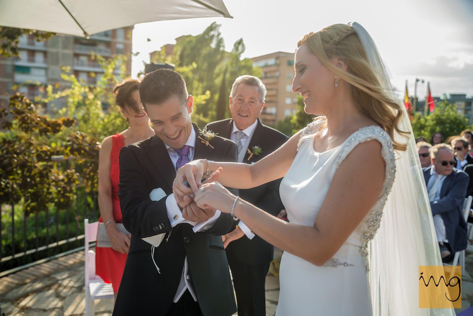 Fotografia del momento de la alianza en la boda