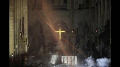 Παναγία των Παρισίων: Οι πρώτες εικόνες από το εσωτερικό του καθεδρικού μετά τη φωτιά