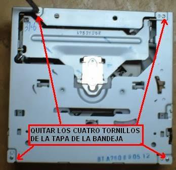 Quitar los cuatro tornillos pequeños de la tapa de los mecanismos de la reproductora Sony