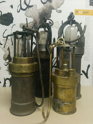 Lámparas eléctricas de mano expuestas en el CIM de Barruelo