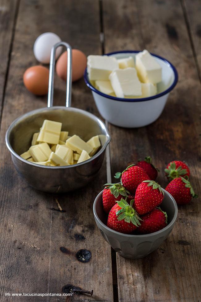 Foto con gli ingredienti per i brownies al cioccolato bianco e fragole