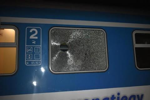 Nyomoz a rendőrség! Kővel dobták be az Intercity ablakát Szolnokon