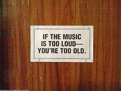 Lustige Bilder mit Text - Schild für alte Leute die sich über laute Musik aufregen