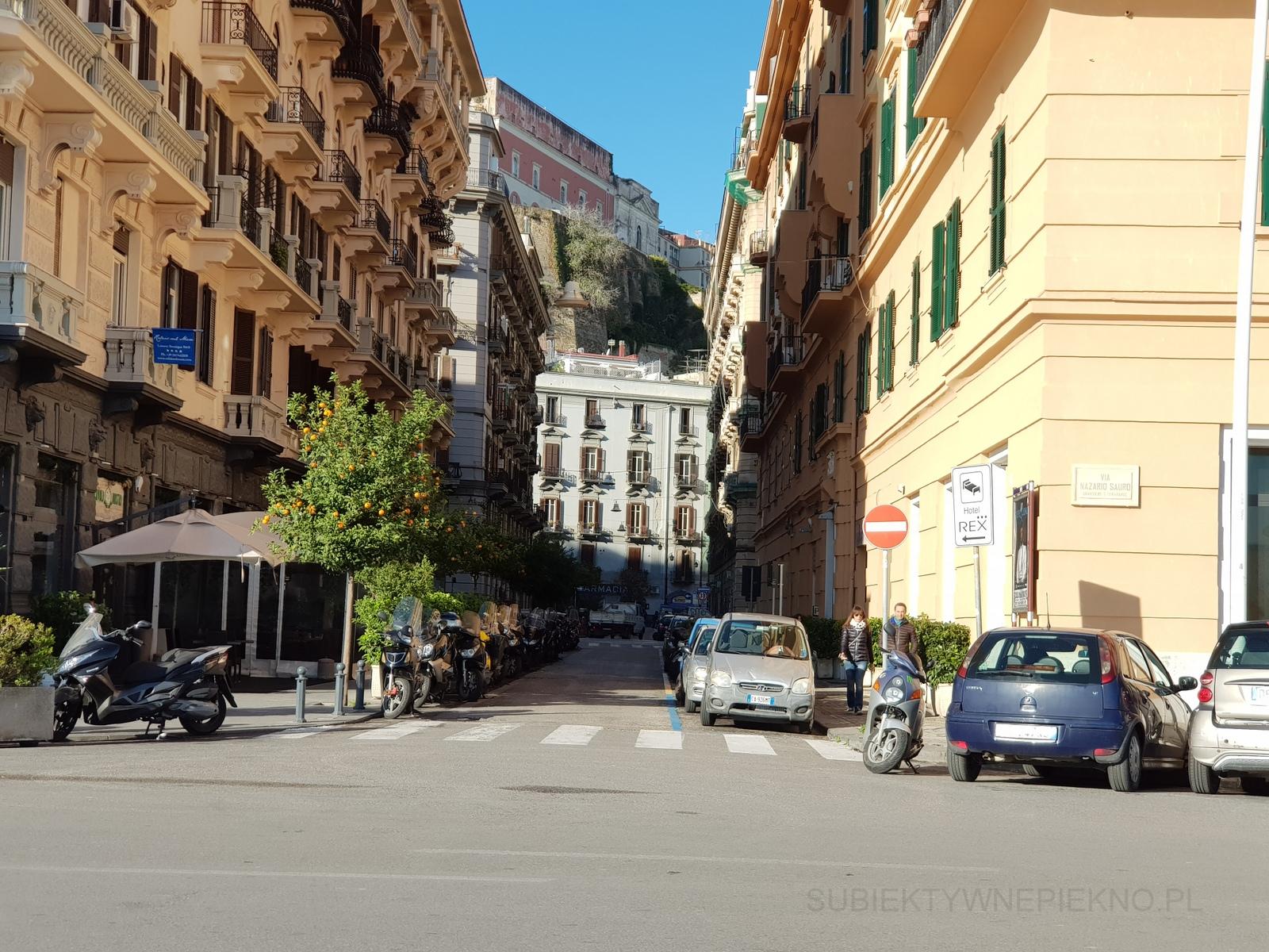 Neapol Włochy zimą - wąkie uliczki i mandarynki na drzewach
