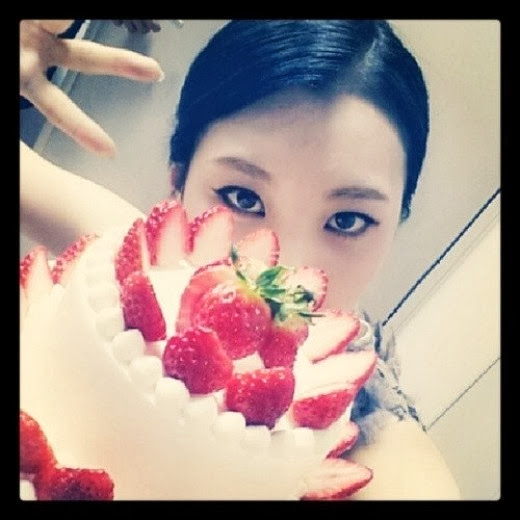 [Photo] Sunmi Foto dengan Strawberry Cake