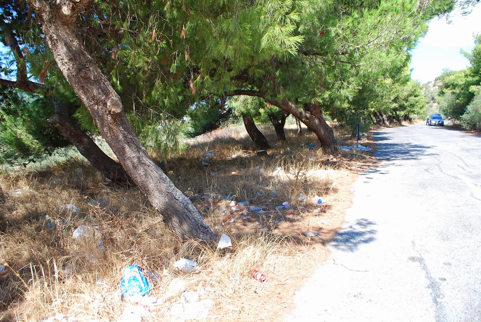 Мусор у новой национальной дороги, Крит.